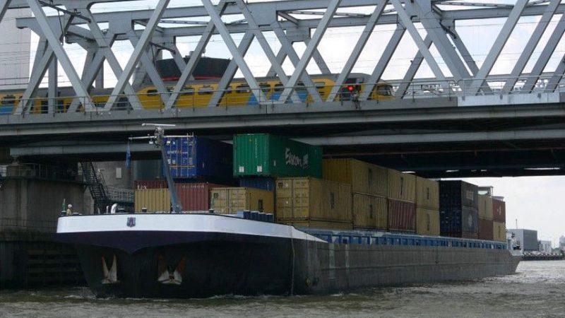 Zijn bruggen en sluizen veilig genoeg voor de binnenvaart? (Foto Marin)