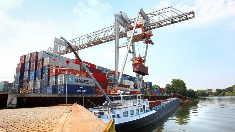 In de haven van Venlo worden containers op een binnenvaartschip geladen. (Foto Ondernemend Venlo)
