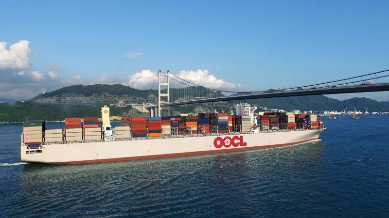 De OOCL Berlin vaart onder de Tsing Ma-brug in Hongkong door. (Foto OOCL)