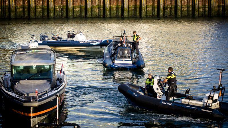 Het ongeluk met een stalen motorboot en een snelle rubberboot (een RIB) gebeurde tijdens de festiviteiten van de Volvo Ocean Race in de haven. (Foto ANP)