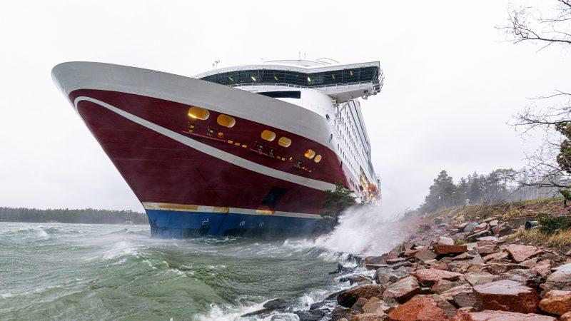 Ferry Viking Grace loopt tegen grond in Oostzee door windstoot. (Foto ANP)