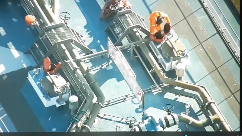 Dronefoto van de tanker die woensdag werd geïnspecteerd bij Millingen. (Foto politie Landelijke Eenheid)