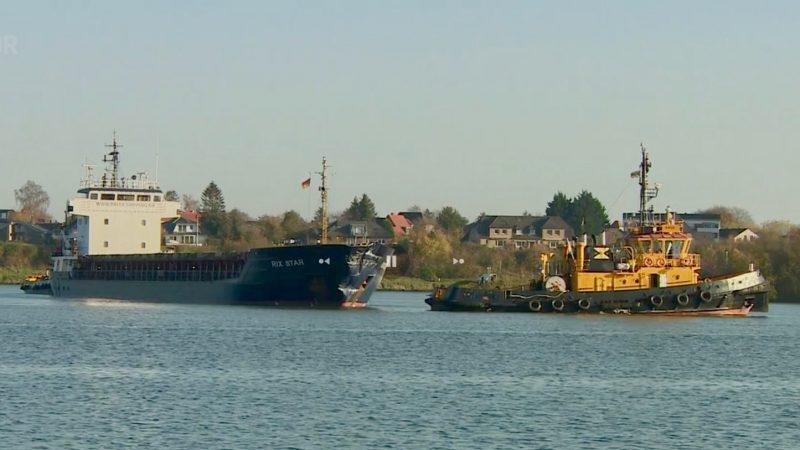 De Rix Star met kopschade. Het schip had na de aanvaring sleepbootassistentie nodig. (Screenshot NDR)