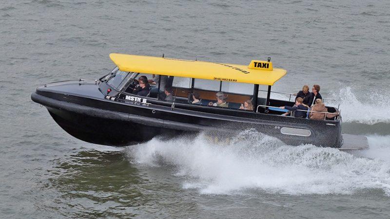 De bekende watertaxi's van Rotterdam scheren op hoge snelheid over de Nieuwe Maas. De vraag is of dan het uitzicht van de schipper nog wel voldoende is. (Foto Watertaxi Rotterdam)