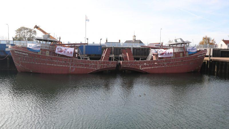 De casco's in de reparatiehaven van Bruinisse, waar beide schepen zullen worden afgebouwd. (Foto Bram Pronk)
