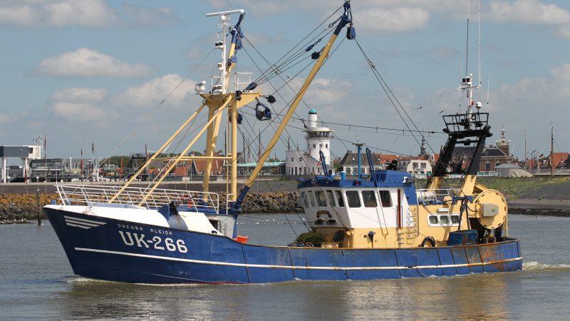 De UK-266 verlaat Harlingen voor een nieuwe visreis op Noordzeekreeftjes. (Foto Bram Pronk)