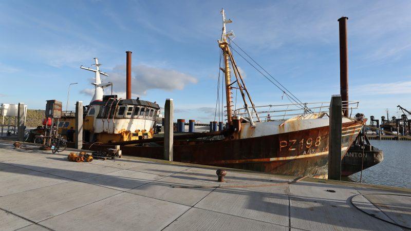 De PZ-198 wordt bij Luyt in Den Oever onttakeld. (Foto Bram Pronk)