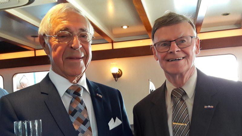 Willem van den Noort (rechts) en Johan Muller, beiden geridderd voor hun werk in de Duwbakkenvereniging. (Fotoarchief VEB)