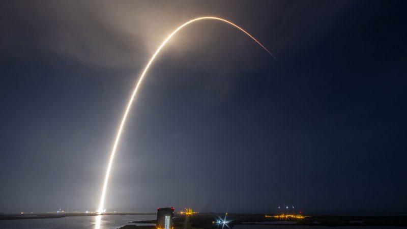 SpaceX schiet vrijwel maandelijks een raket de ruimte in om daar Starlink satellieten 'af te leveren'. (Foto SpaceX)