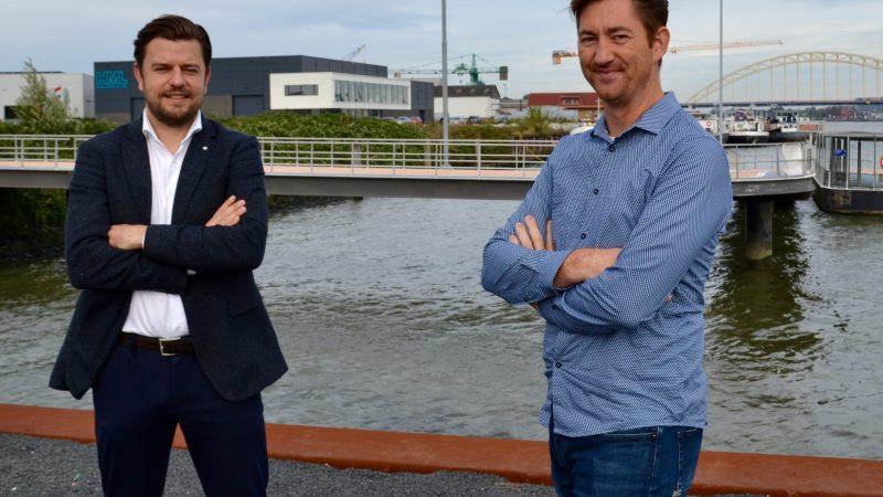 René Beute (manager acquisitie voor Deal Drecht Cities) en Bram Voncken (gebiedsmanager van Havenbedrijf Rotterdam) aan de Noord in Hendrik-Ido-Ambacht. (Foto Helmut de Hoogh)