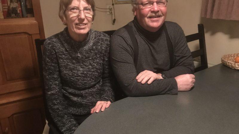 Liesbeth en Rob Ipema in de roef van de Spes Nostra. 'We hebben alles aan boord wat we nodig hebben, dus waarom zouden we een huis kopen?'