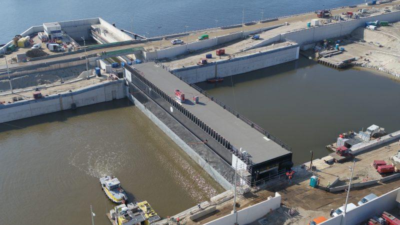 Rijkswaterstaat heeft de eerste sluisdeur al geplaatst. (Foto Rijkswaterstaat)