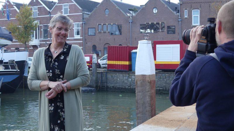 Jikke van Terwisga in de Kalkhaven van Dordrecht, poserend voor een foto voor Kade320. 'Ik vind het erg leuk om mensen te helpen, een lichtpuntje te geven.' (Foto Heere Heeresma jr.)