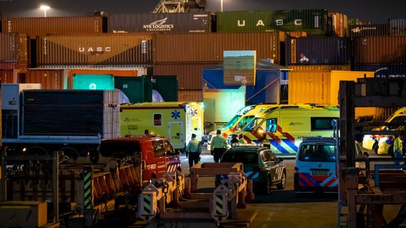 Tientallen hulpverleners waren aanwezig op de Maasvlakte om de verstekelingen op te vangen. (Foto Killian Lindenburg/Media TV)