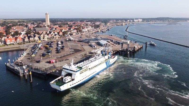 De veerboot Midsland van rederij Doeksen meert aan bij Terschelling. (Foto Laura Conijn)
