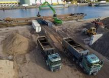 Ruim 81.000 ton verontreinigde baggerspecie uit de Klotputten in Eindhoven wordt via de overslaglocatie van Van Berkel Bouwstoffen & Transport in Veghel overgeslagen in een beunschip.