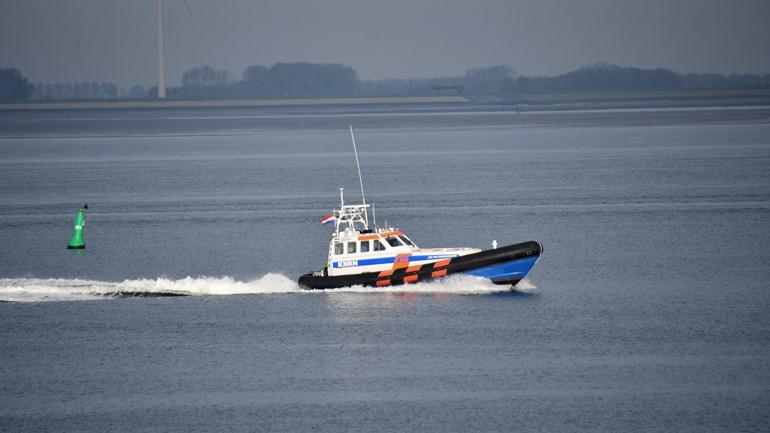De politie op zoek naar de vermiste visser op de Oosterschelde. (Foto HVZeeland)