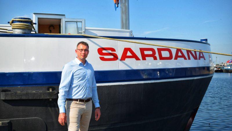 Xander Kleine staat voor zijn schip de Sardana. 'Er is nog volop poedertransport.' (Foto Poedertransport B.V.)