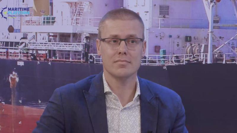 Arnold de Bruijn zit in de studio bij Maritime Platform. (Beeld uit video)