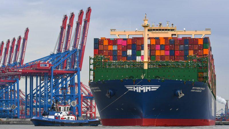Vanaf 2023 kunnen ook aan de terminal Burchardkai in Hamburg de grootste containerschepen aan walstroom. Op de foto de Megamax HMM met een capaciteit van 23.964 TEU. Het schip werd dit jaar in de vaart genomen. (Foto HLLA)