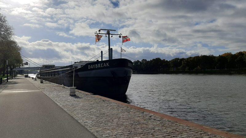 'De aanpak van de inbraken op binnenvaartschepen aan de kade van Kanaleneiland in Utrecht is een zaak van de gemeente.' (Foto Tessa Heerschop)