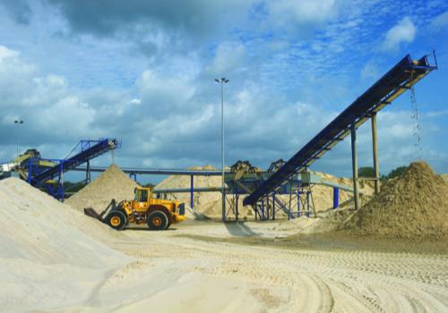Koninklijke Smals verliest miljoenen als de zandwinning in het IJsselmeer niet door kan gaan. (Foto Smals)