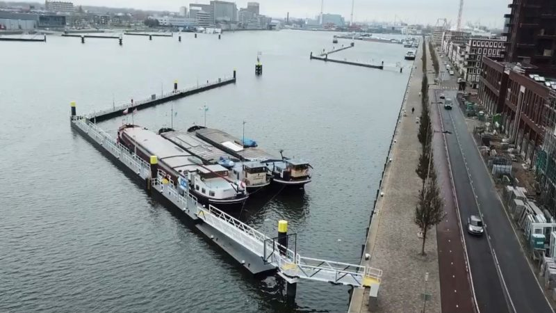 In de Rotterdamse Maashaven zijn dit weekend de nieuwe ligplaatsen voor de binnenvaart in gebruik genomen. (Foto Havendrijf)