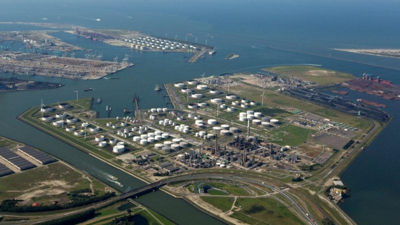 De raffinaderij van BP in de haven van Rotterdam. (Foto BP)
