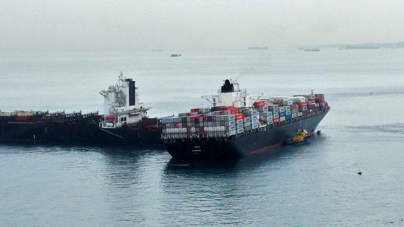 De Tina 1 voer op het achterschip van de Iraanse Shahraz. (Foto Piet Sinke - Maasmond Maritime)