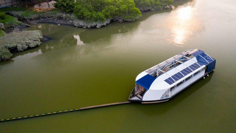 De Interceptor haalt plastic uit rivieren. (Foto Ocean Cleanup)