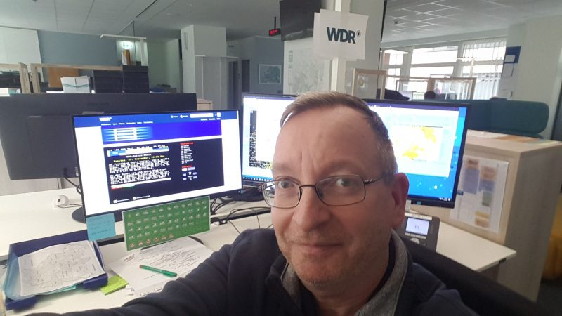 Andreas Wagner op zijn werk in het Wetterkompetenzzenter van de Hessische Rundfunk in Frankfurt. (Foto Adreas Wagner)