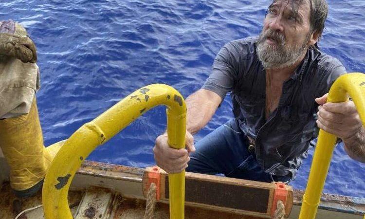 De reddingsactie, zoals gefotografeerd door een bemanningslid van Angeles. (Foto's via de US Coast Guard)