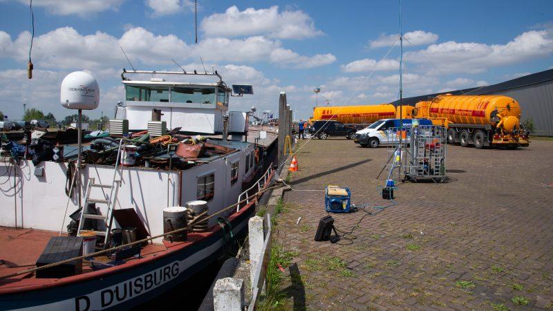 Het leegpompen van het ruim van het drugsschip Arsianco in de haven van Moerdijk. (Foto Bart Oosterveld)