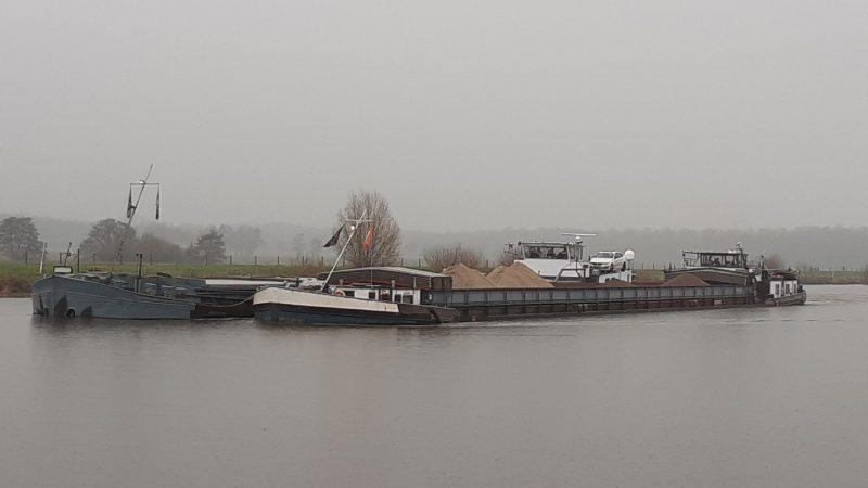 Het schip met pech wordt langzij meegenomen naar Olderburg. (Foto WSP)