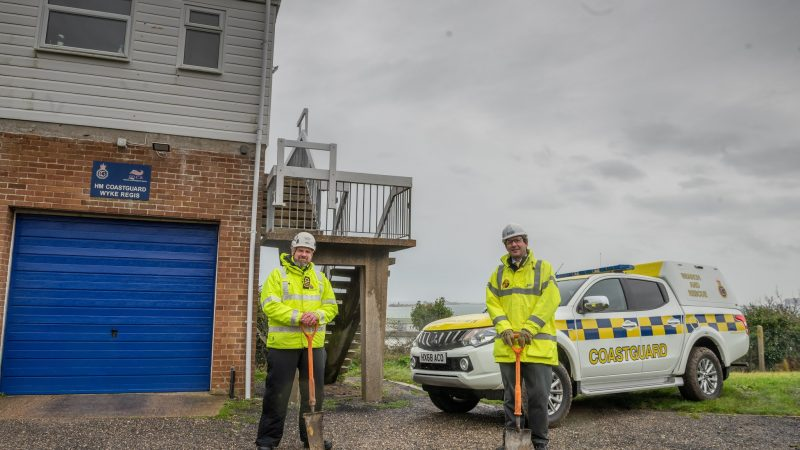 Head of Operations van de HM Coastguard en managing director Peter Moir van het Britse Telent Technology Services staken de eerste spade in de grond. (Foto MCA)