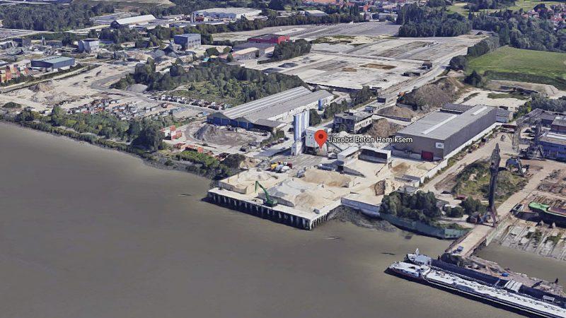 Jacobs betoncentrale aan de Schelde in Hemiksem. (Beeld Google Maps)