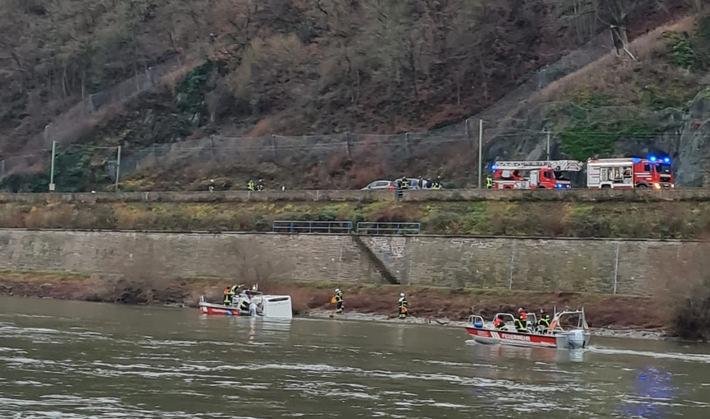 De brandweer met boten in actie bij de te water geraakte camper. (Foto Wasserschutzpolizei)