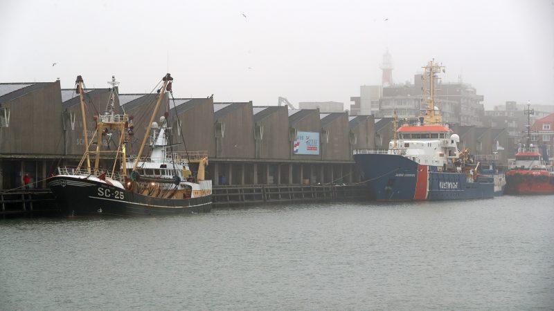 De SC-25 is op bevel van de Kustwacht afgemeerd aan de visafslag van Scheveningen. (Foto Bram Pronk)