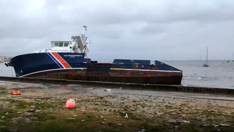 De 36 meter lange Îles Sanguinaires II slaat lek door storm Bella. (Beeld uit video)
