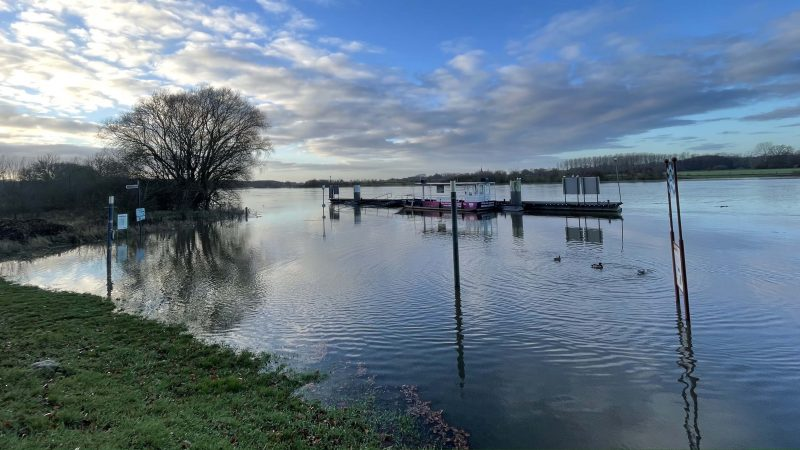 Het water zorgde in meerdere dorpen langs de Maas voor overstroomde kades, zoals hier in het Noord-Limburgse Arcen. (Foto Erik van Huizen)