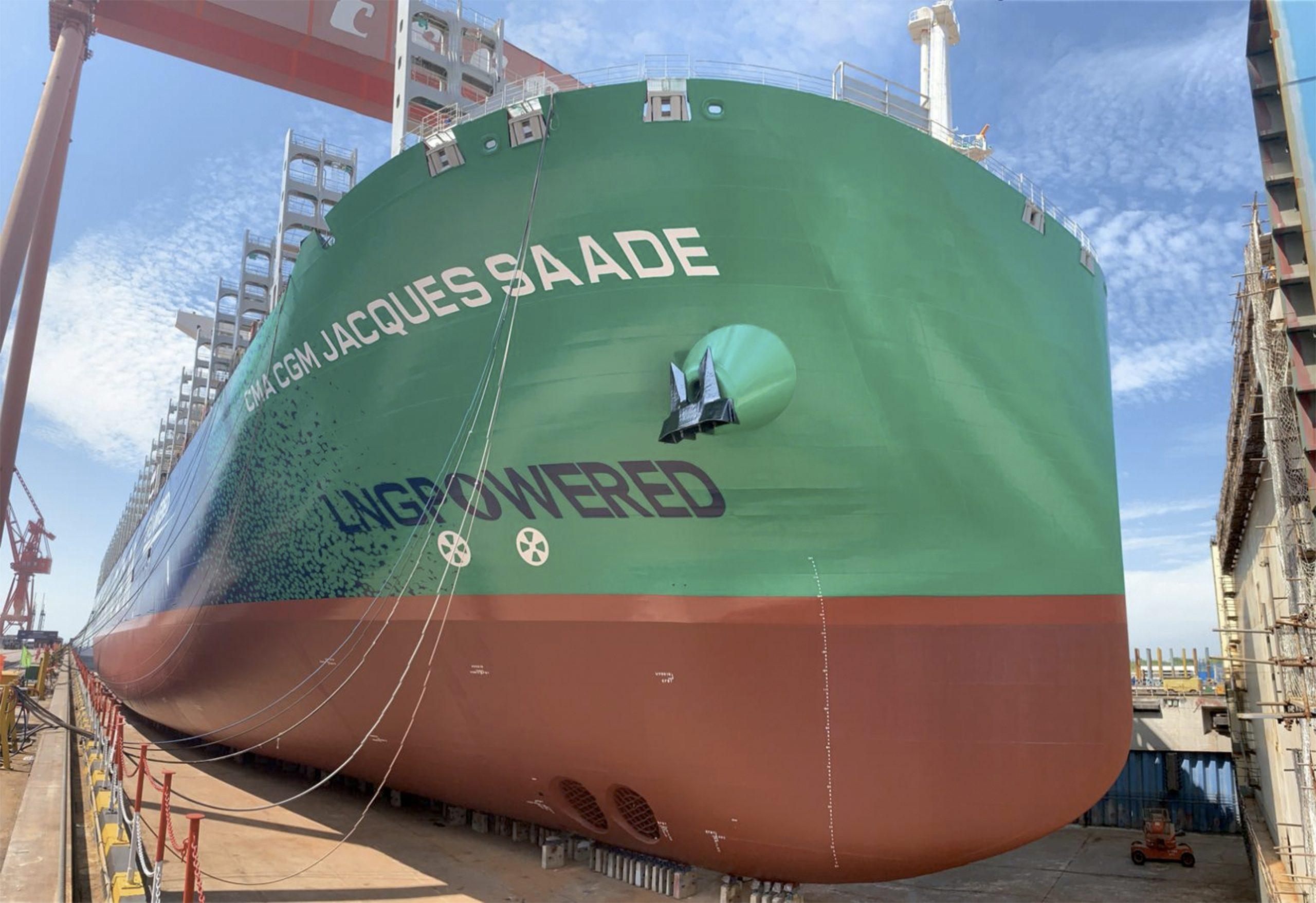 De op LNG varende CMA CGM Jacques Saade heeft een geoptimaliseerde boegvorm en speciale kleurstelling, waarop de Franse rederij 'LNG Powered' heeft laten zetten. Het moet volgens de Fransen een blijvende herinnering zijn aan de 'belangrijkste wereldwijde innovatie op schepen van deze grootte'. (Foto CMA CGM)