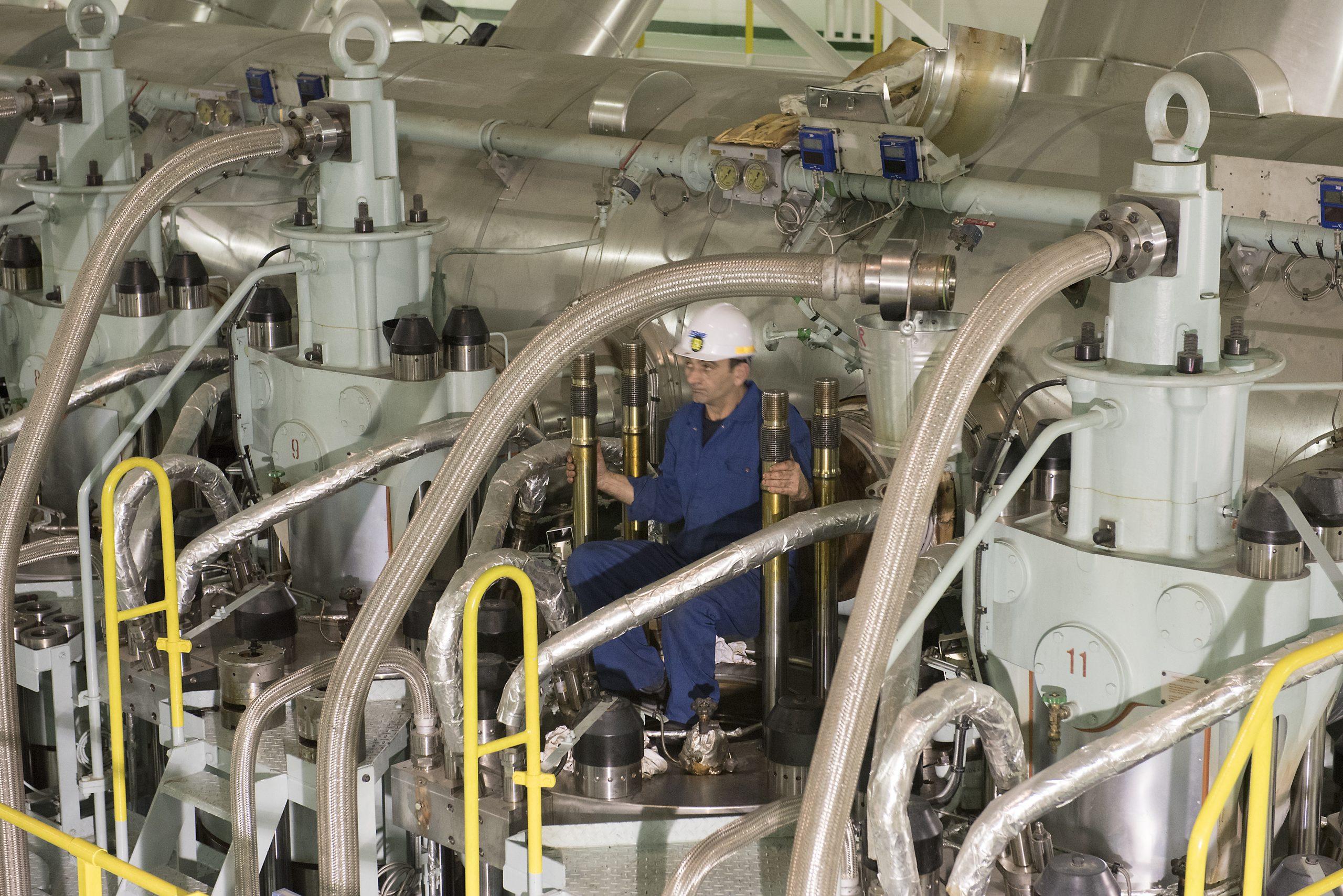 Met de toenemende grootte van de containerschepen worden ook de motoren in de machinekamer steeds groter. (Foto Erik van Huizen)