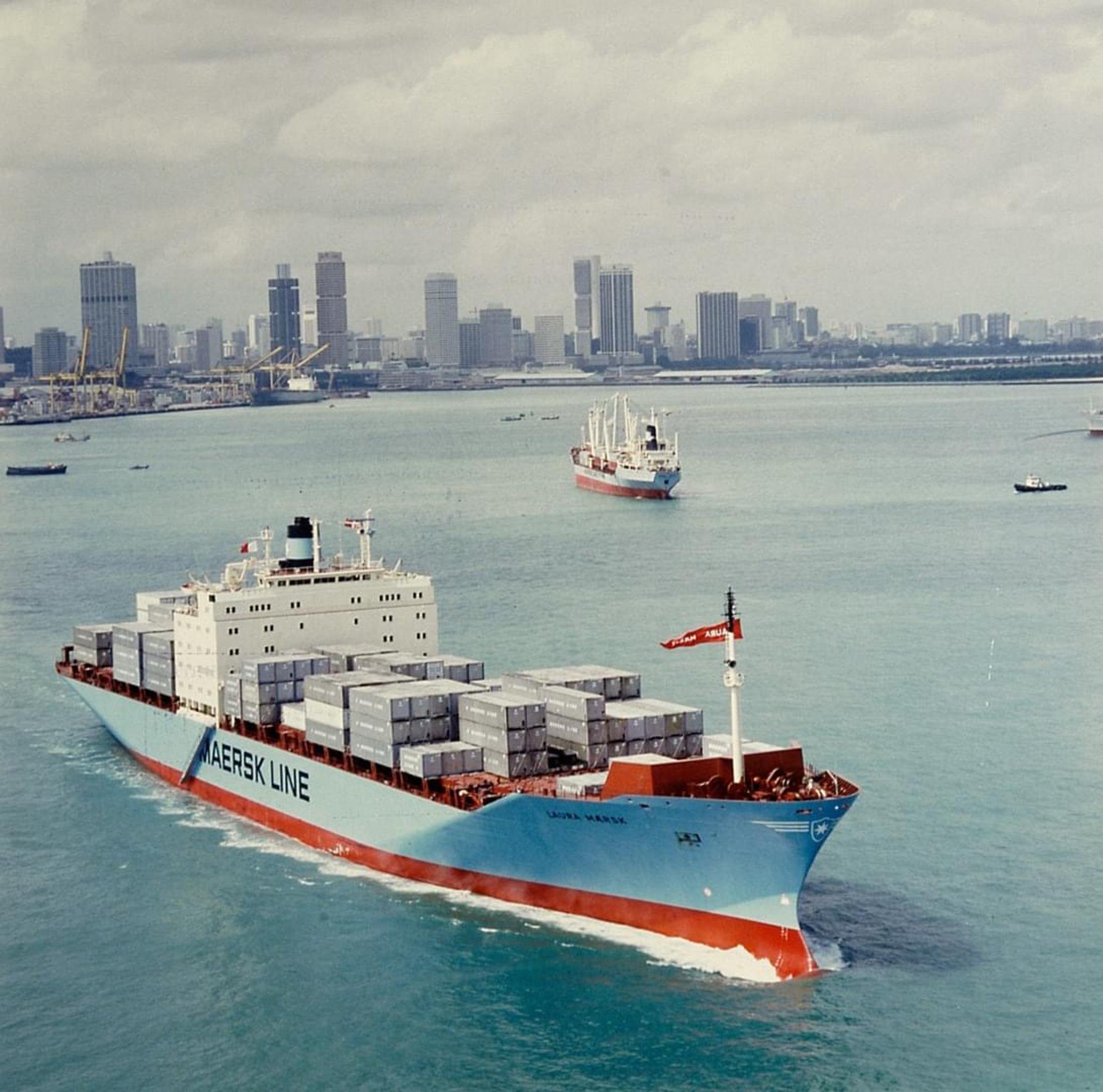 Een state of the art containerschip noemde rederij Maersk 40 jaar geleden de Laura Maersk van 2100 teu. Maersk besloot in 1980 de volledige handel van Europa naar Azië te containeriseren. De grootste containerschepen van Maersk, zoals de Madrid Maersk, nemen intussen ruim 10 keer zoveel mee als de Laura. (Foto Maersk)