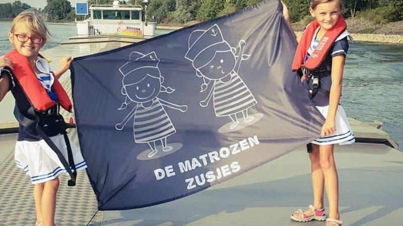 Foto 1 Yanaika en Yanina Peleman hebben een eigen vlag. (Foto's matrozen zusjes)