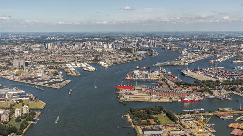 De grootste zeehaven van Europa, Rotterdam, levert ook de grootste toegevoegde waarde in de maritieme cluster. (Foto Guido Pijpers / Rotterdam Partners)