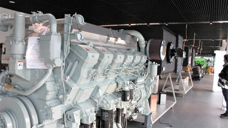 In de showroom van de Koedood Marine Group in Hendrik Ido Ambacht staat deze 'Stage V-compliant' Mitsubishi S12R-(Z3) MPTAW voortstuwingsmotor van  940 kW bij 1600 toeren met Emigreen SCR-katalysator en gesloten roetfilter. (Foto Hans Heynen)