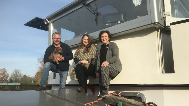 Jan Westerbeek met scheepshondje Ruby, dochter Denise en echtgenote Carla aan boord van de Jan. (Foto Hannie Visser-Kieboom)