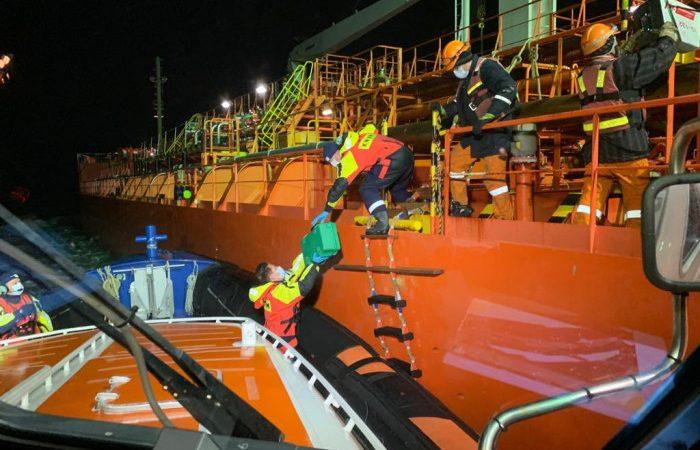 Nadat de patiënt klaar was gemaakt voor transport, werd hij aan boord gebracht van de reddingboot en naar Breskens vervoerd. (Foto HVZeeland)