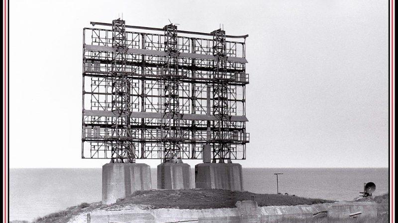 De Mammut radarantenne was een enorm gevaarte dat op drie zware betonnen poten was gefundeerd. Vanwege de vaste opstelling konden er geen richtingen mee worden gemeten. (Beeld Jeroen Bons)