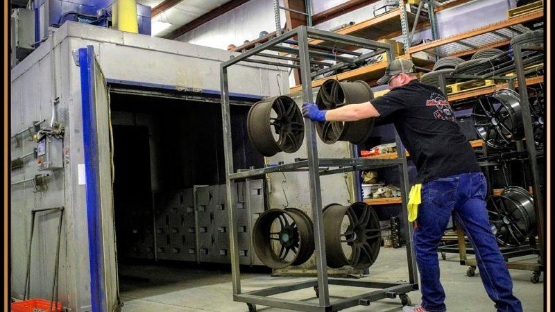 Uithardovens worden in de industrie meestal op de maat van de gefabriceerde objecten en de seriegrootte gebouwd. Hier worden de ingepoederde objecten aan een rek de oven ingeschoven.  (Beeld Jeroen Bons)